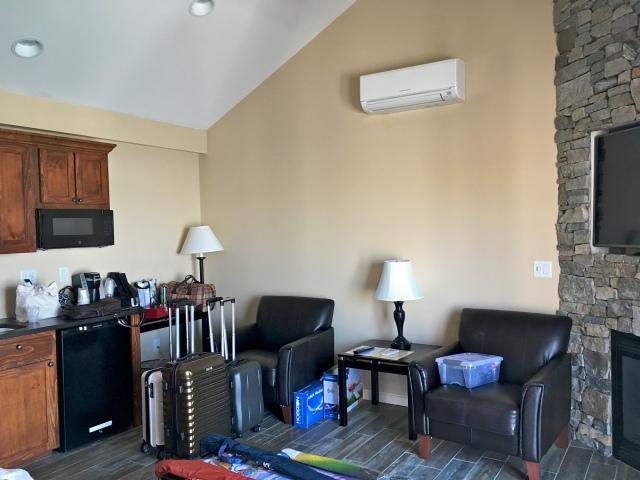 Tidal Suites at the Norseman Resort - living room